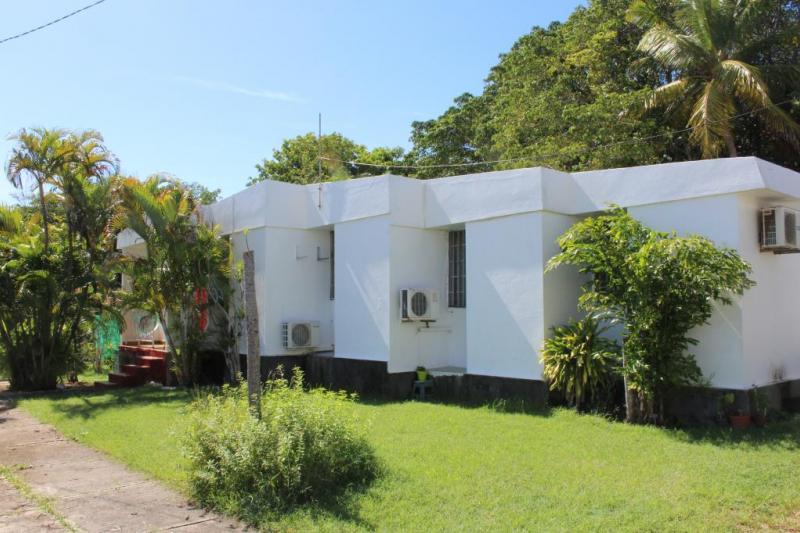 villa avec jardin en bord de mer home for exchange. Black Bedroom Furniture Sets. Home Design Ideas